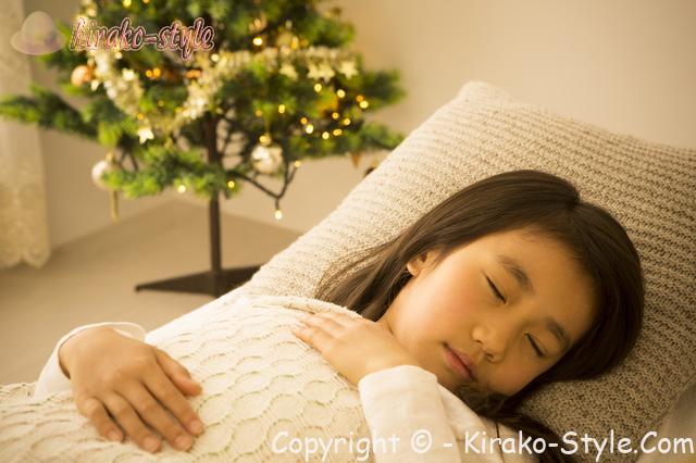 女の子 ベッドで寝ている クリスマス