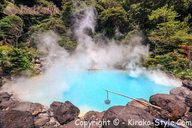 きれいな青い色の温泉地