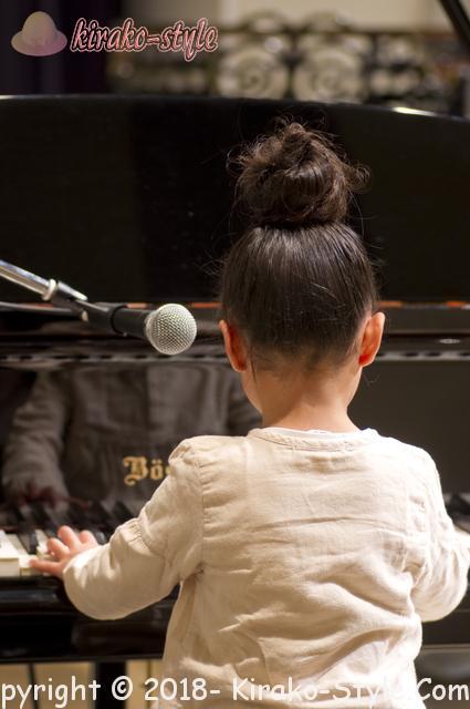ヤマハピアノの価格・サイズも大切!後悔しない買い方は、ピアノ演奏をする女の子