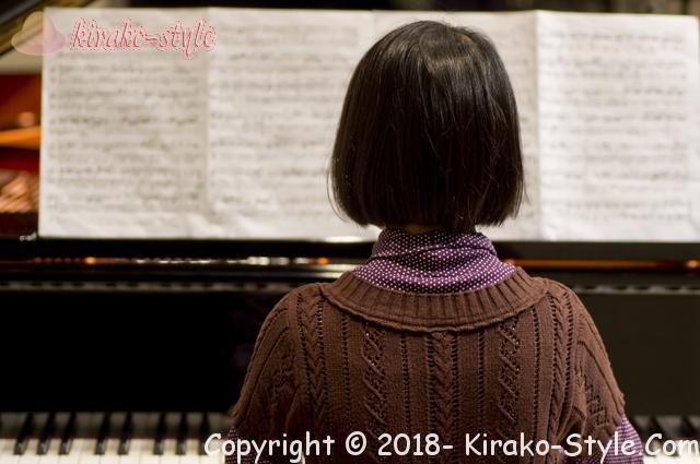 ヤマハピアノの価格・サイズも大切!後悔しない買い方は、お嬢さんがピアノ演奏中