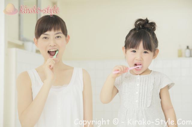 歯の定期健診はいつから始めるか、女性と子供の歯磨き画像