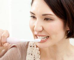 歯医者の定期健診 頻度は?毎月のクリーニング代1500円は高い?歯を磨く女性画像