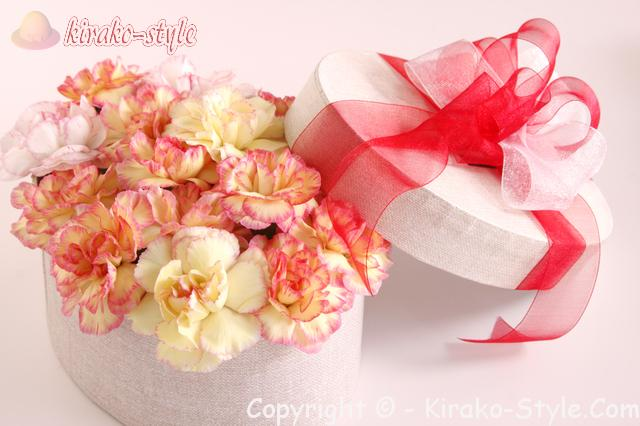 カーネーションの花束が白いボックスに