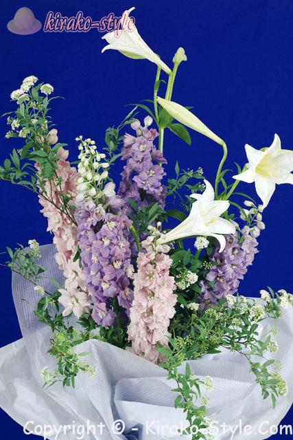 白いユリと紫の花のおおぶりな花束
