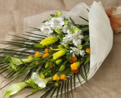 色彩豊で豪華な花束