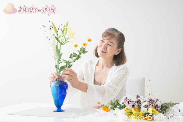 花を花瓶にいけるシニア女性