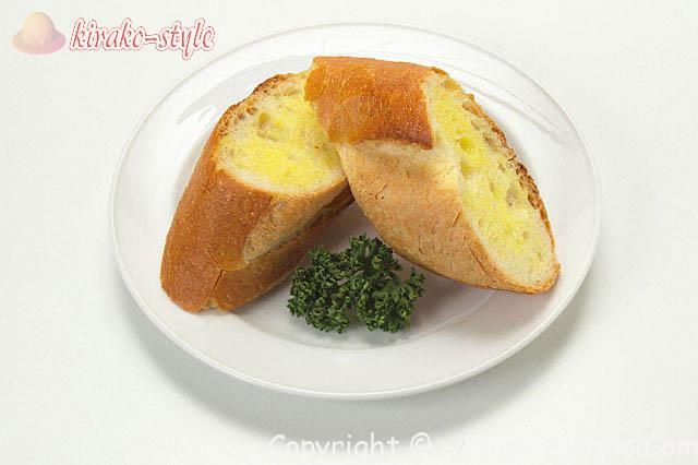 お皿に盛ったフランスパン2切れ