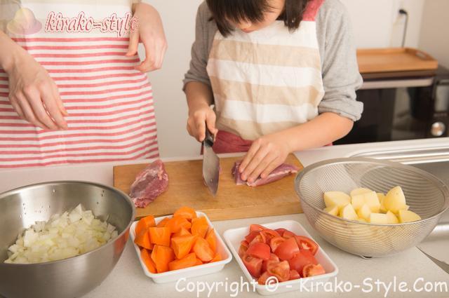 台所 キッチン 料理中