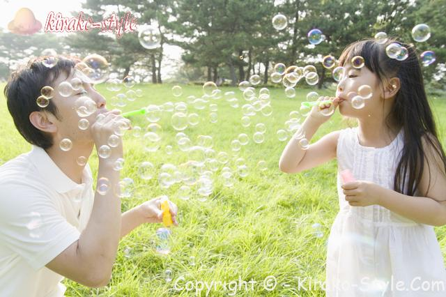 お父さんと女の子 シャボン玉で遊ぶ