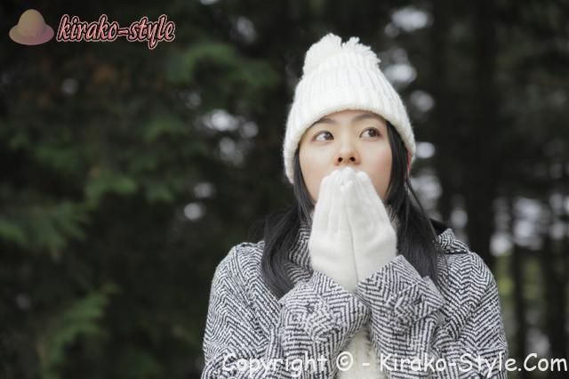 若い女性 毛糸の帽子と手袋 冬コート