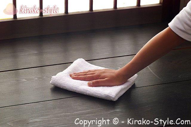 床掃除 床を雑巾でふく